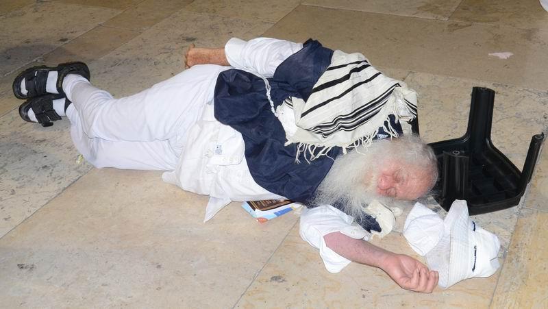 יהודי לרגלי הכותל בתשעה באב