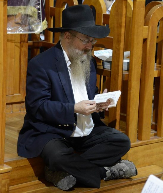 יהודי מתפלל בתשעה באב