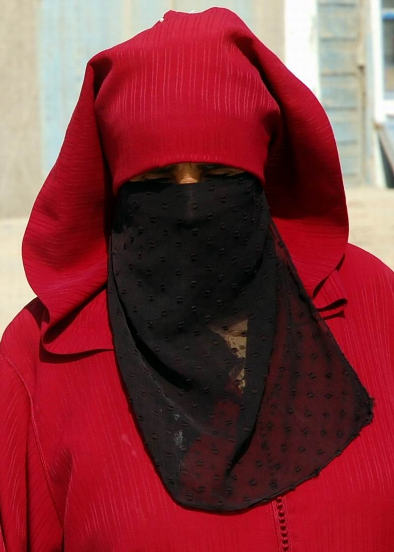 מרוקו - אישה באדום