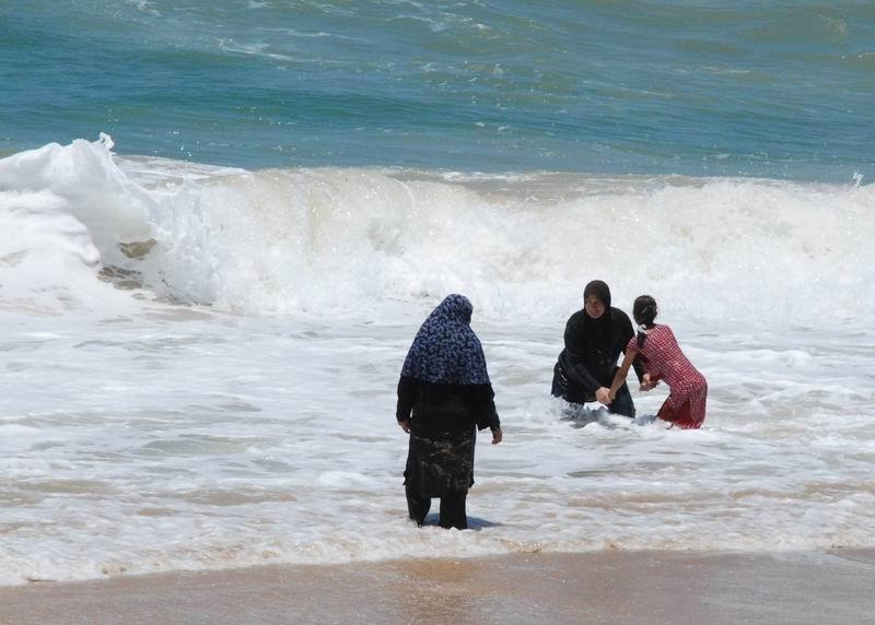 רחצה מוסלמית נשית בחוף יפו