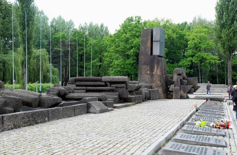 פולין - בירקנאו - האנדרטה