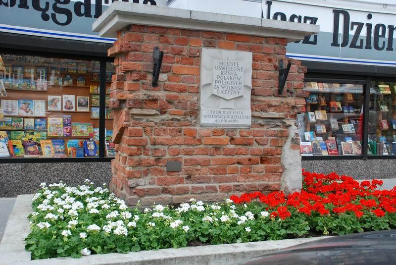 פולין - ורשה - שרידי חומת הגטו הגדול