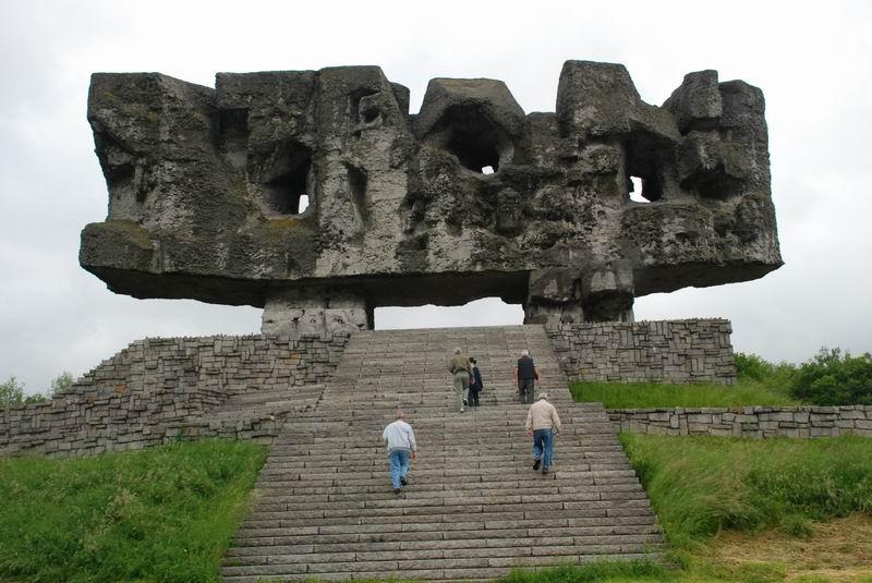 פולין - מאידנק - האנדרטה, מאחור