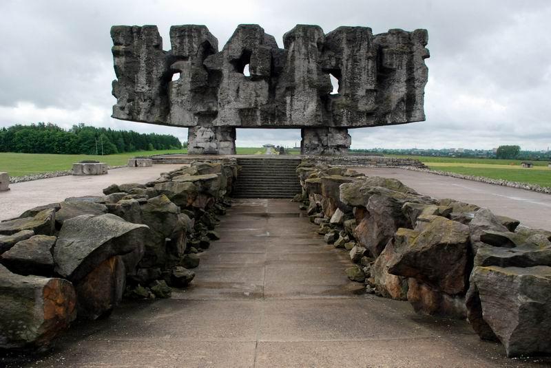 פולין - מאידנק - האנדרטה, מלפנים