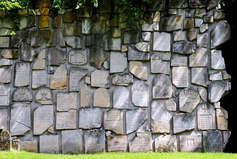 פולין - קאזימיש דולני - קיר המצבות המנותצות
