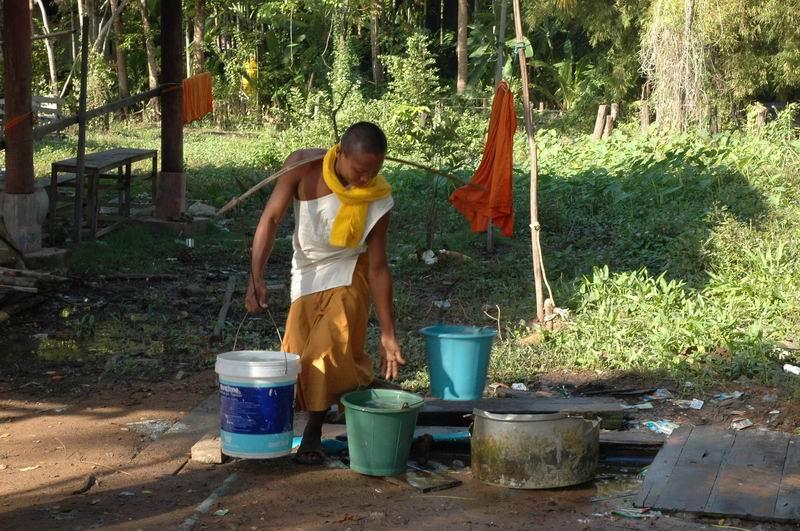 קמבודיה - נזיר במשמרת מים