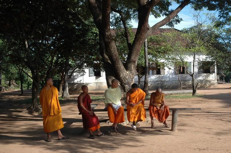 קמבודיה - נזירים במנוחה