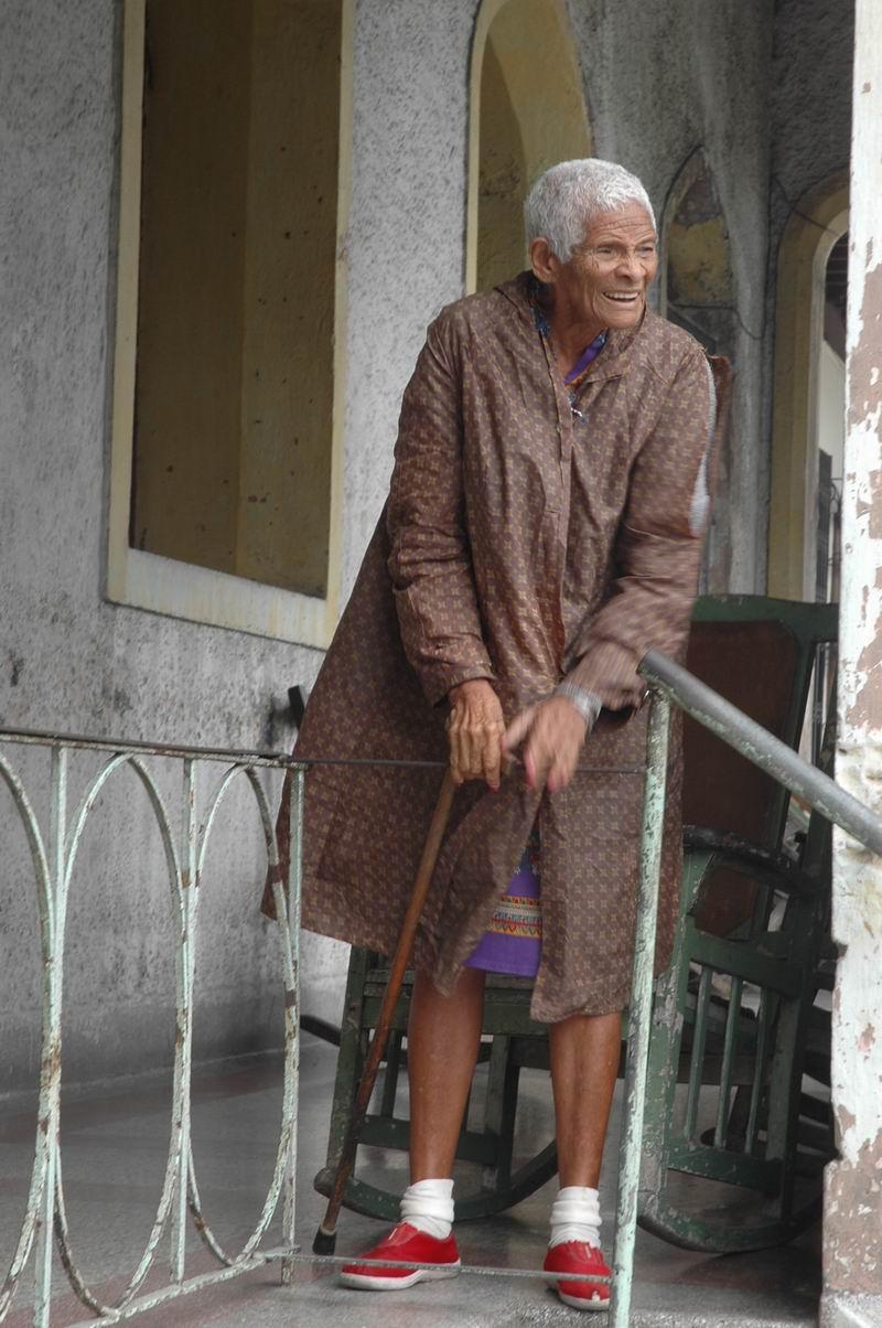 קובה - זקנה בפתח ביתה