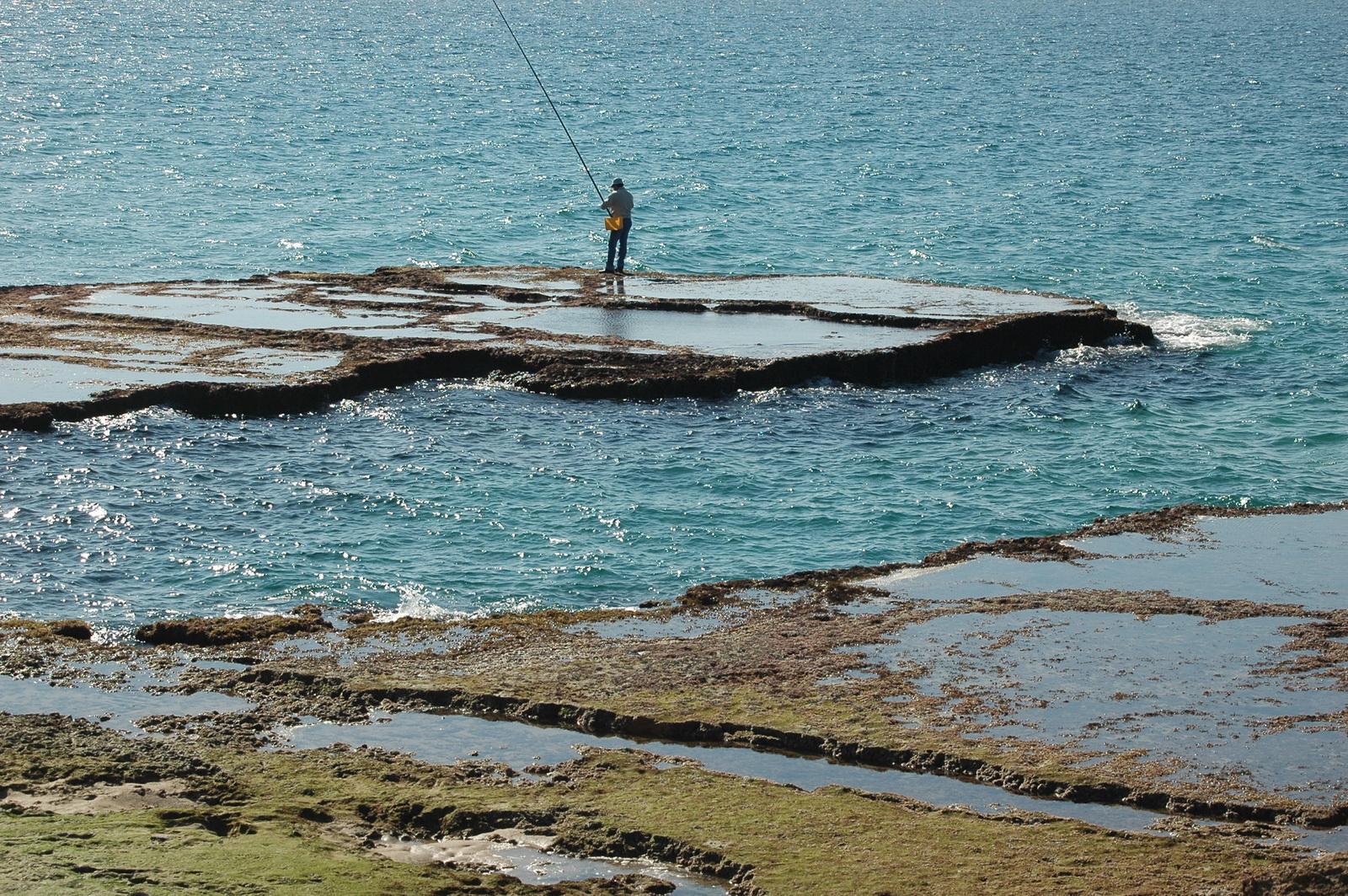 דייג בחוף אכזיב