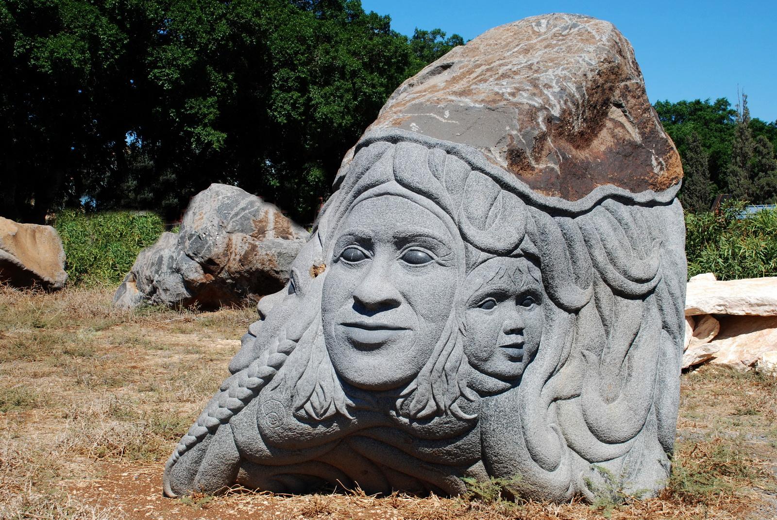 פסל בזלת של דגן - משפחה