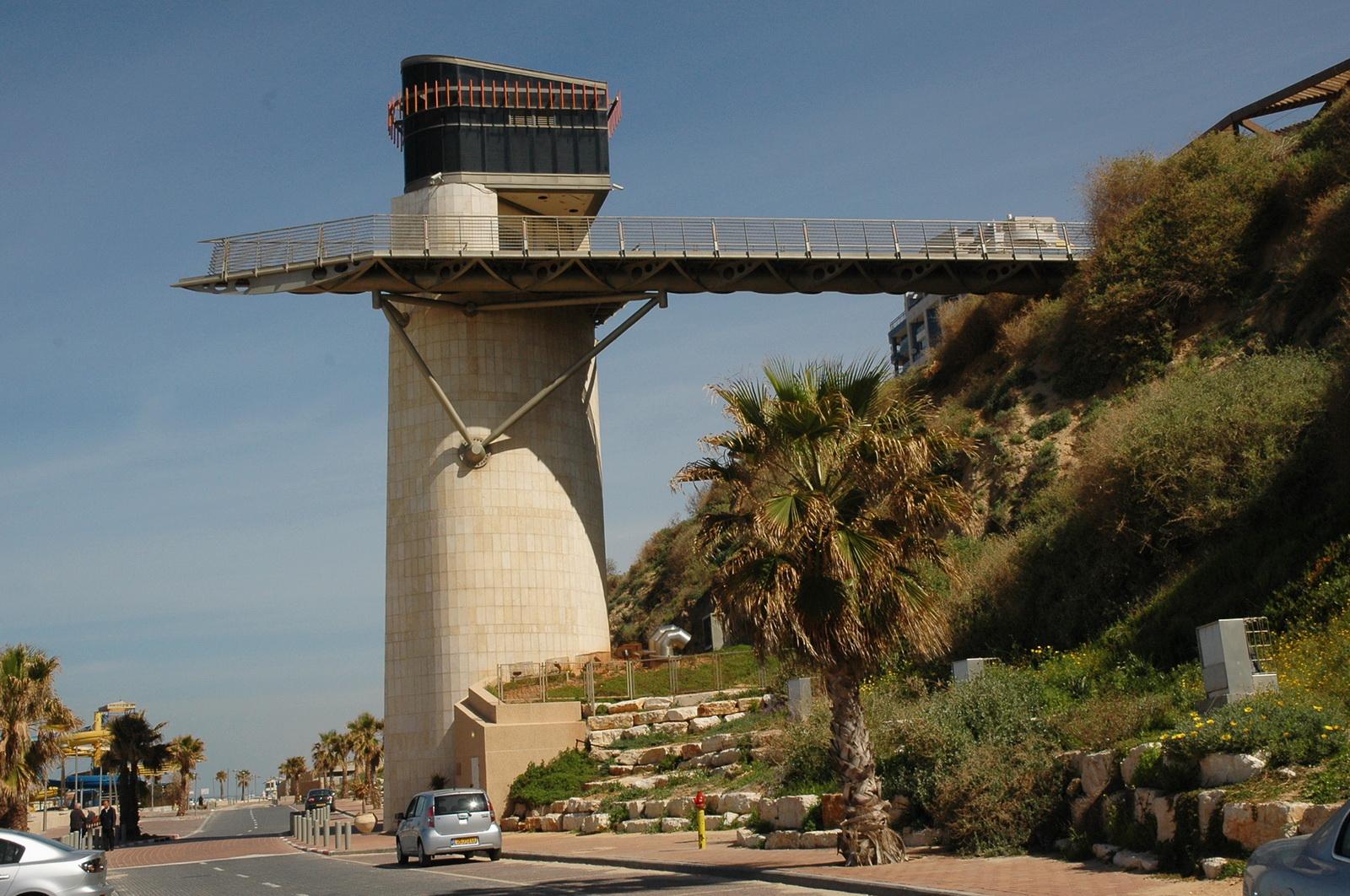חוף נתנינה - המעלית