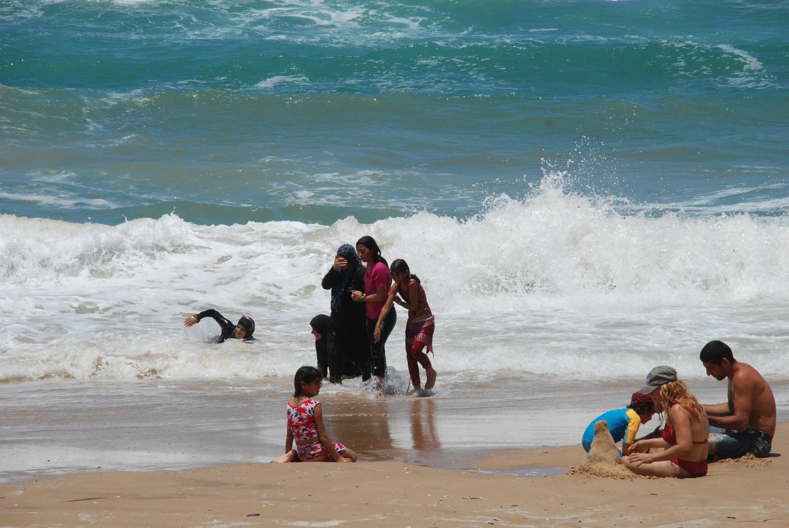 יפו - מתרחצים בחוף הים