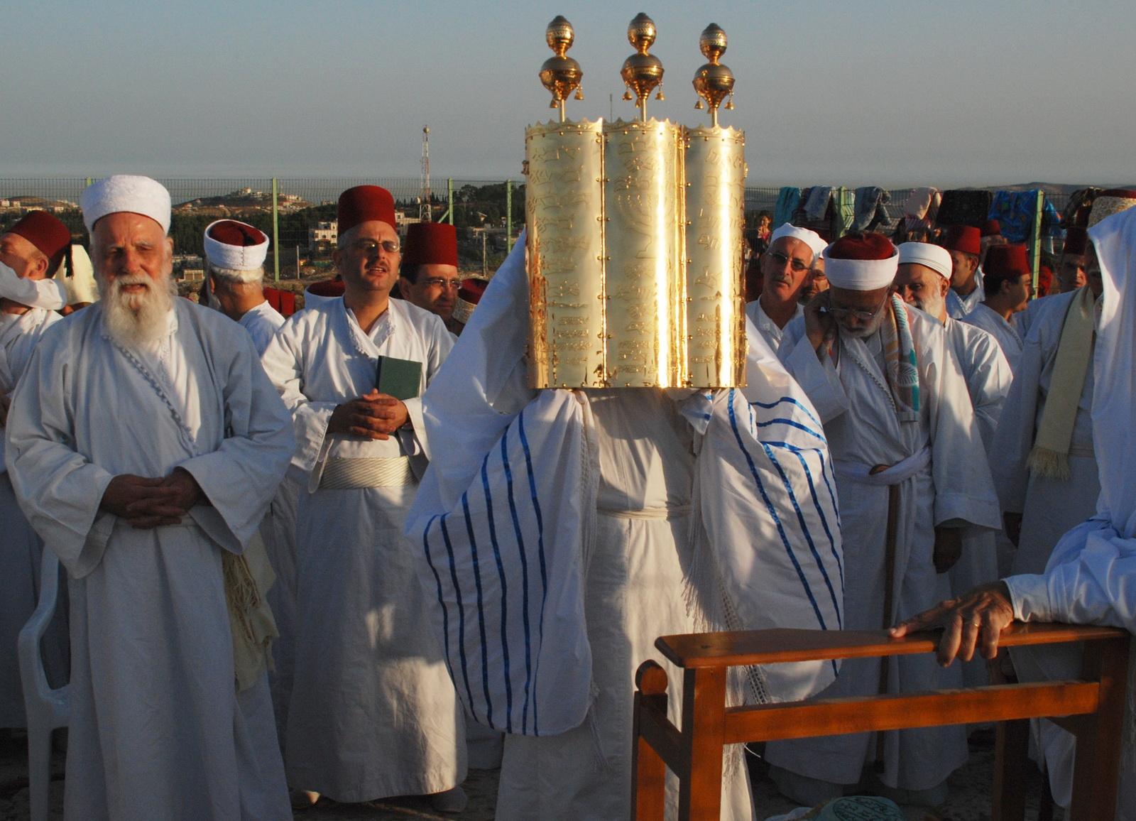 השומרונים בתפילה על הר גריזים