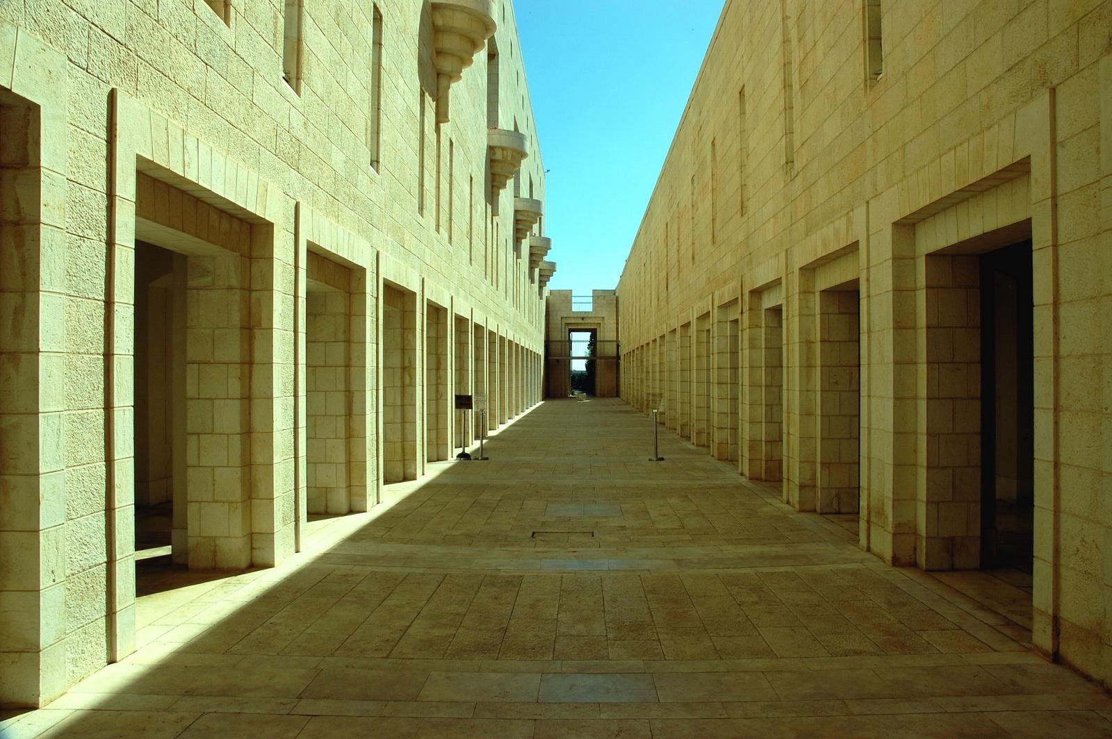 בית המשפט - האכסדרה המוליכה אל הכנסת