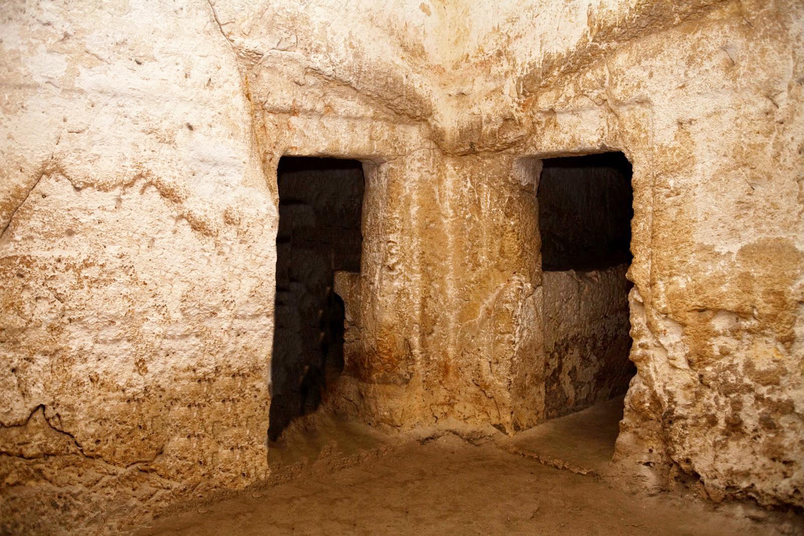 חצר מנזר סנט אטיין - כניסה לקברים מימי בית ראשון