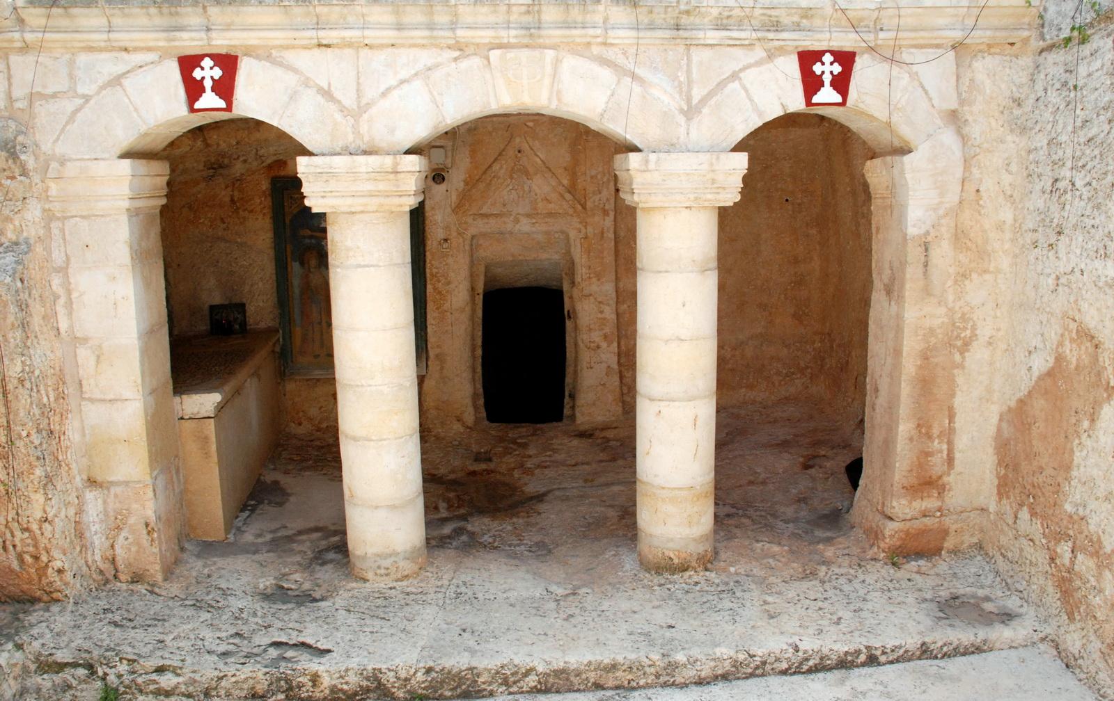 מנזר אונופוריוס - כניסה למערות הקבורה בקומת המרתף