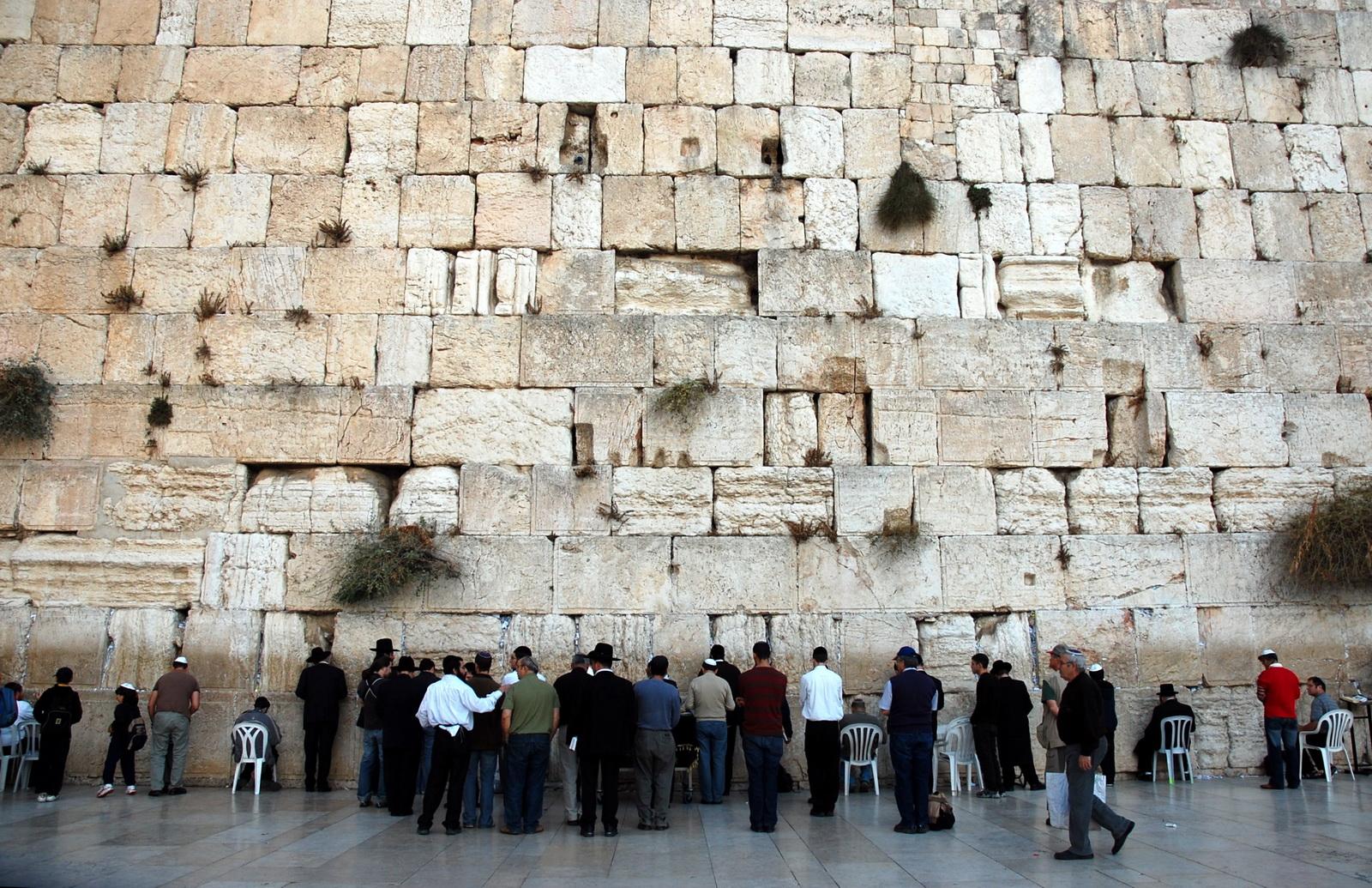 קיר הכותל המערבי ומתפללים