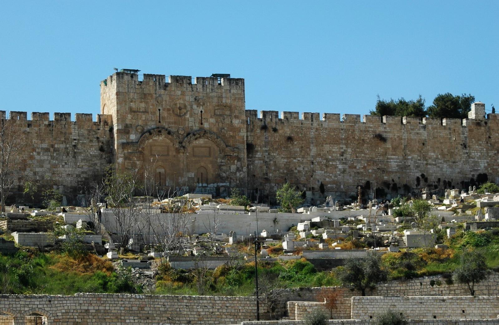 שער הרחמים ובית הקברות המוסלמי למרגלותיו