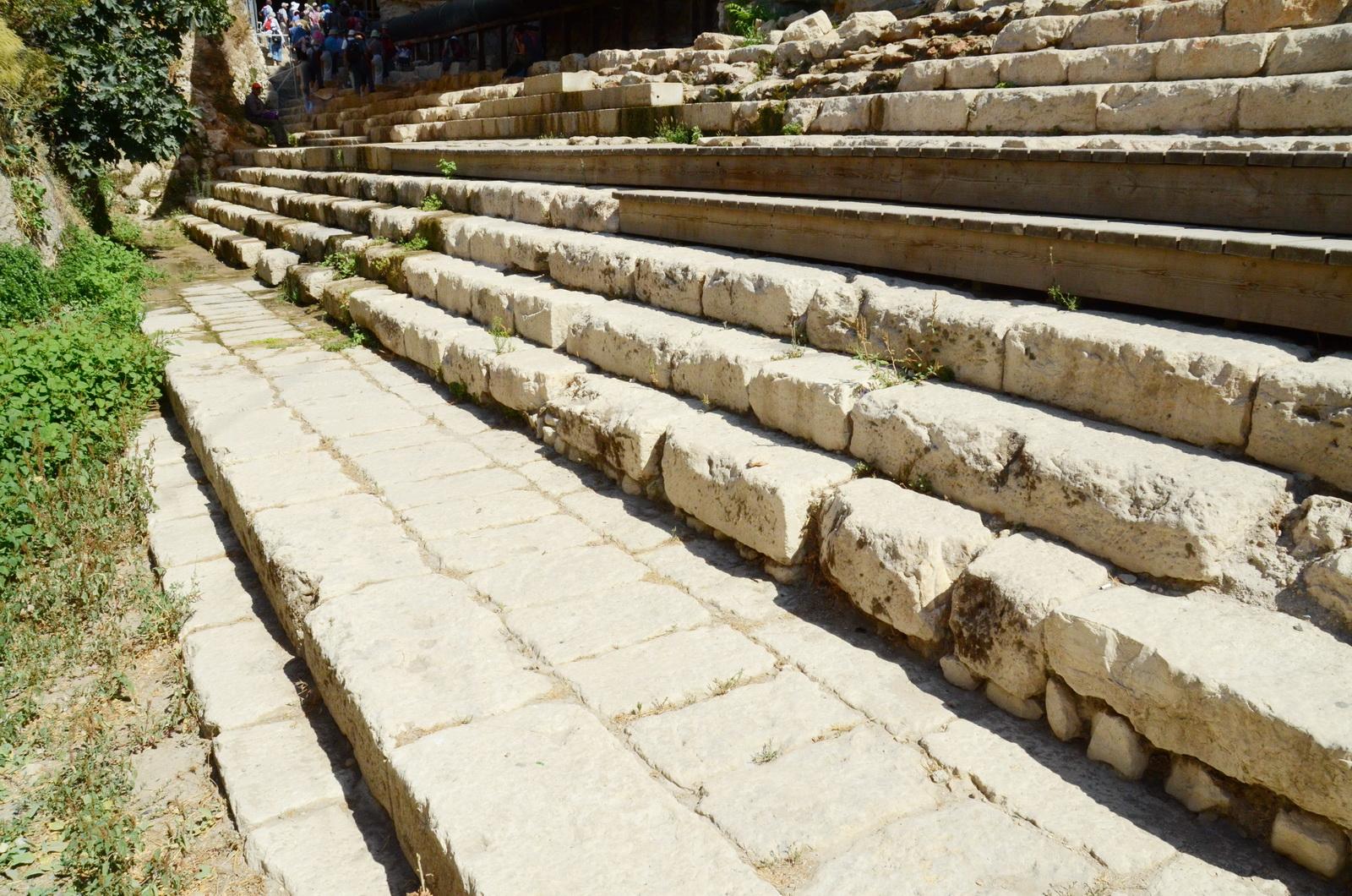 המדרגות המורידות לטבילה בבריכת השילוח - מבט למערב
