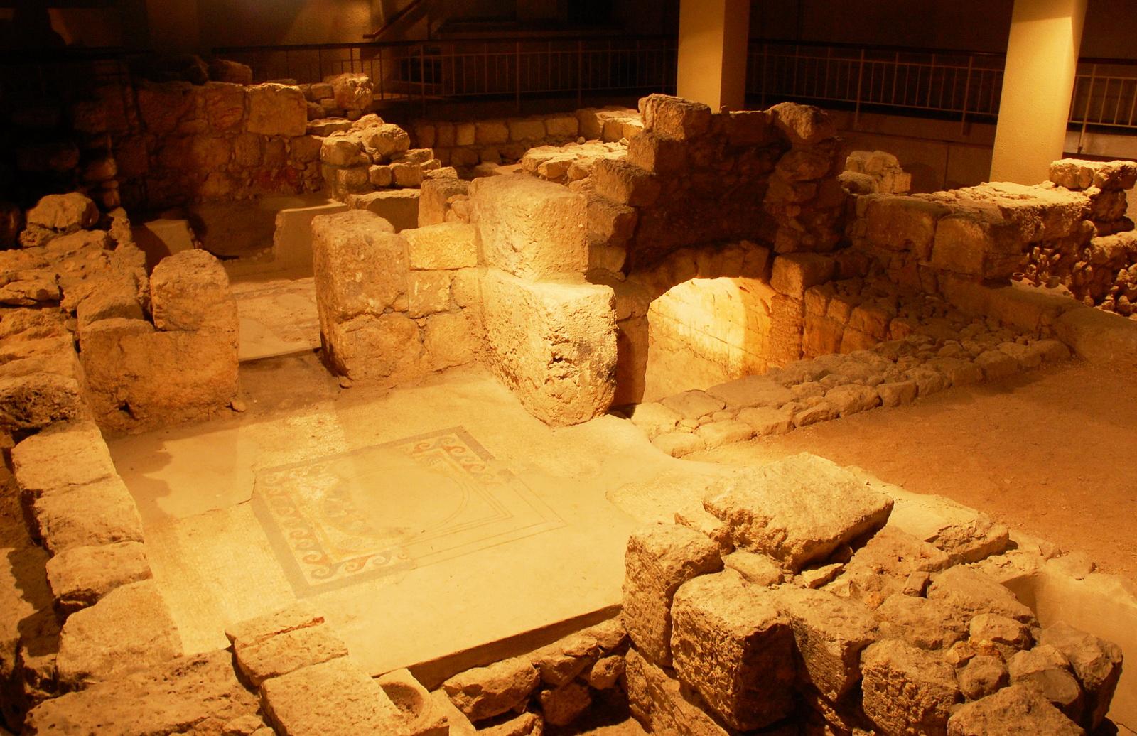 תצוגה ארכיאולוגית של בית אמידים ברובע היהודי