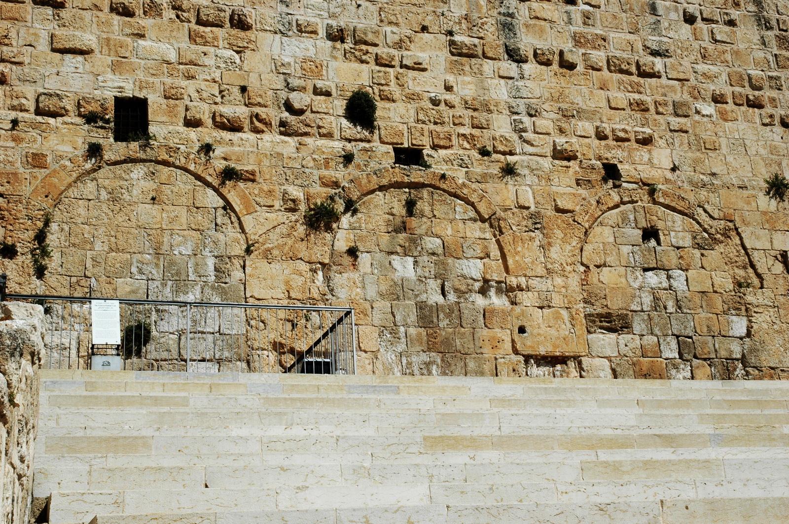 השער המשולש ומדרגותיו בסמוך לשערי חולדה