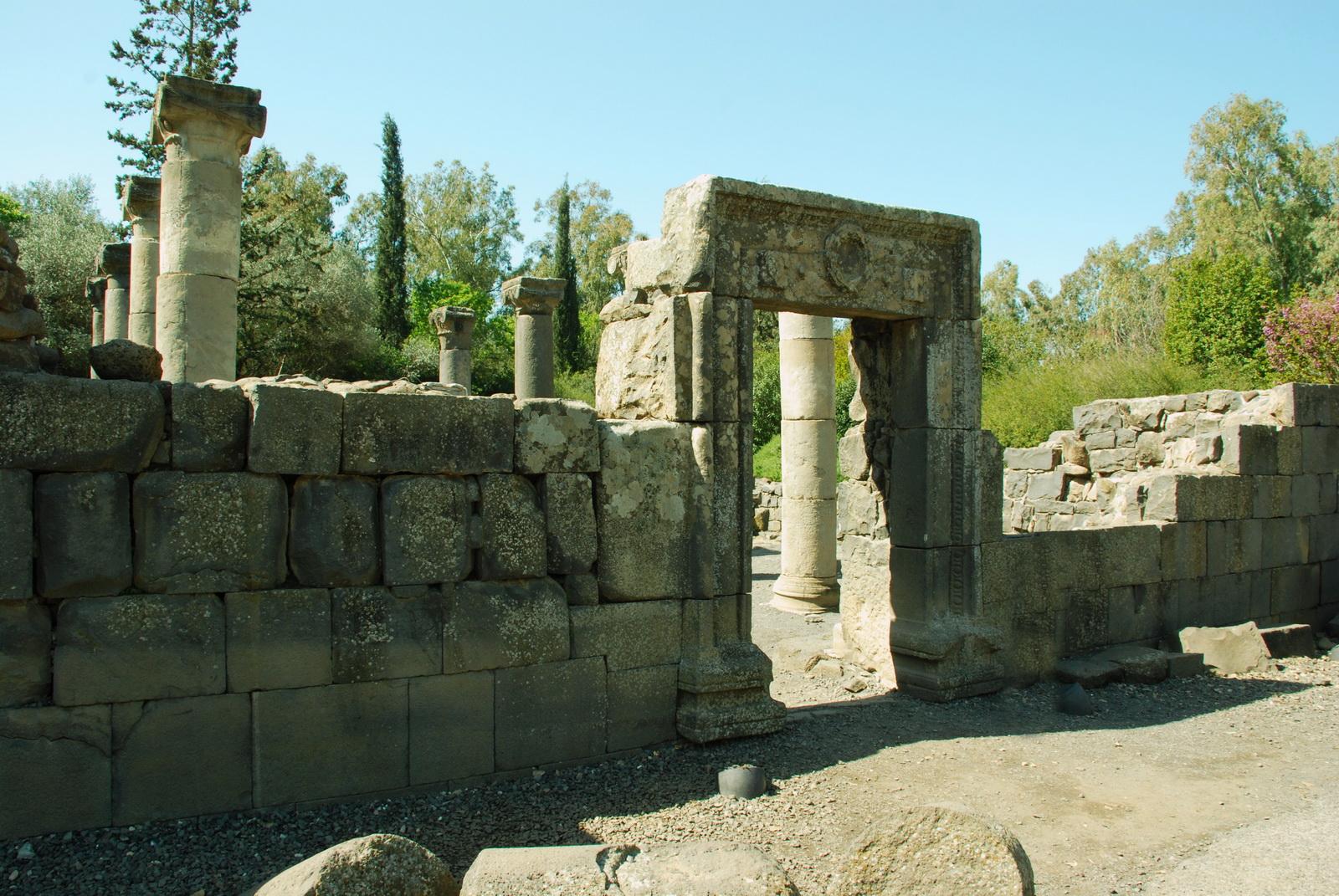 גולן - בית הכנסת בקצרין - הקיר המזרחי והכניסה