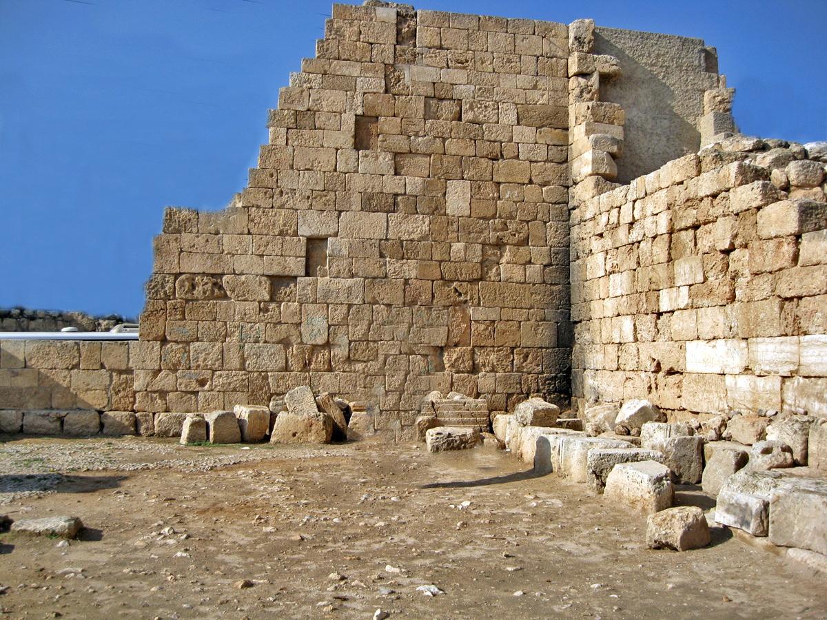 דרום השומרון - בית הכנסת באשתמוע - שרידי קירות המבנה