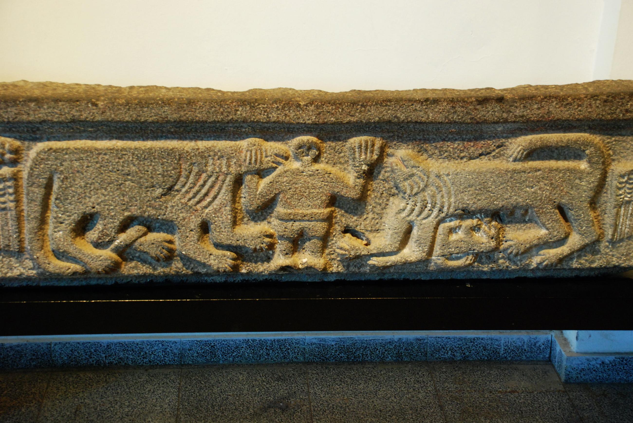 בסיס ארון קודש מבית הכנסת נשוט - מוזיאון קצרין