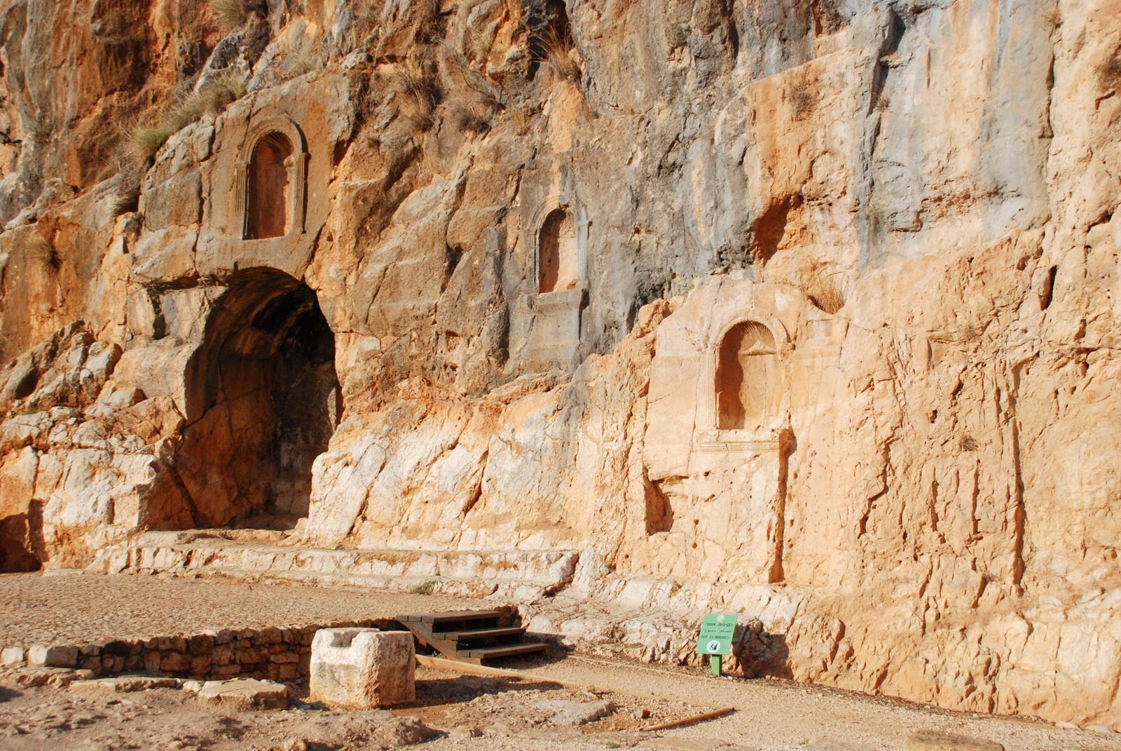 גולן - בניאס - אתר המקדשים לרגלי המצוק, מעל הנביעה