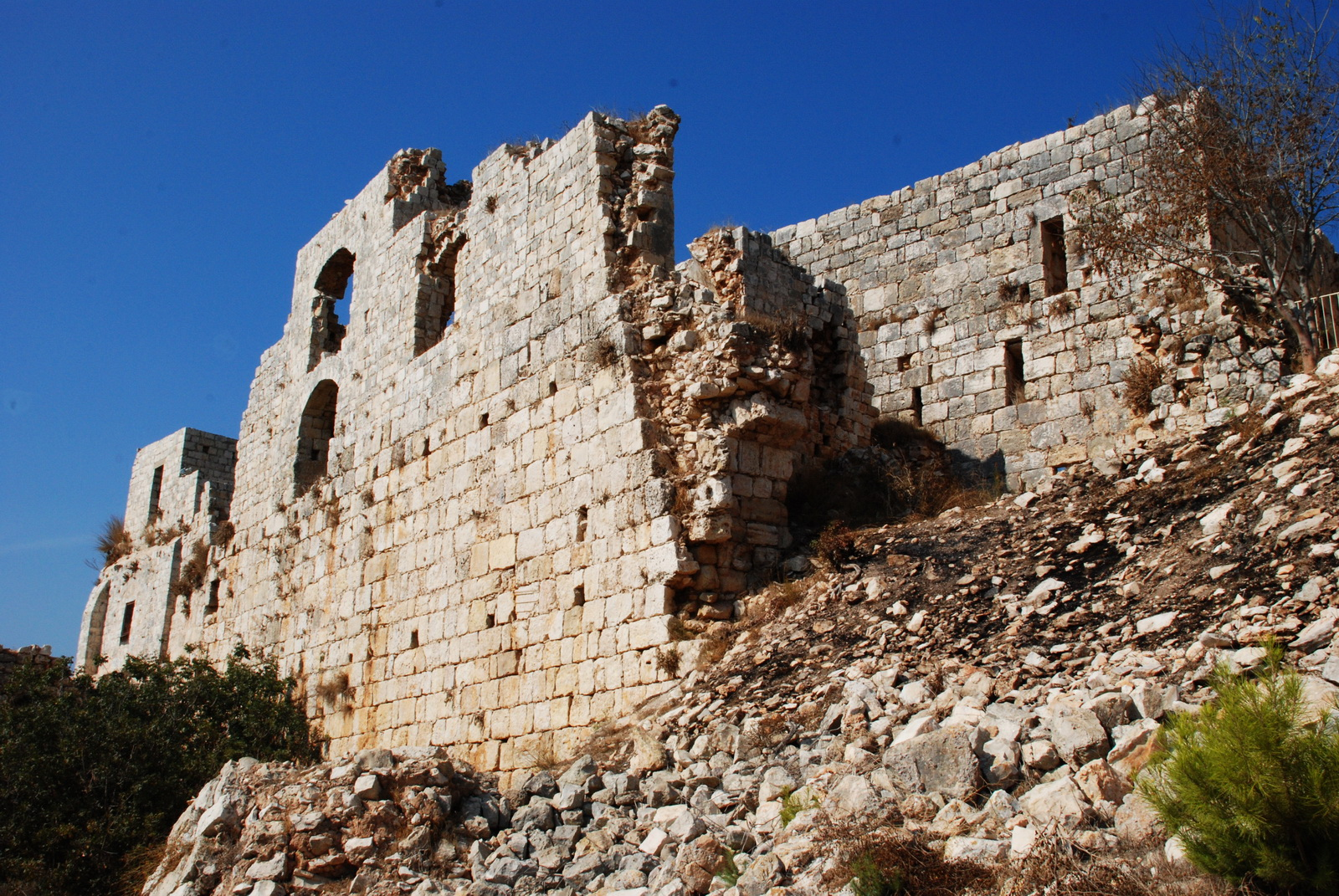 מבצר יחיעם  - החלק האחורי, הרוס למחצה