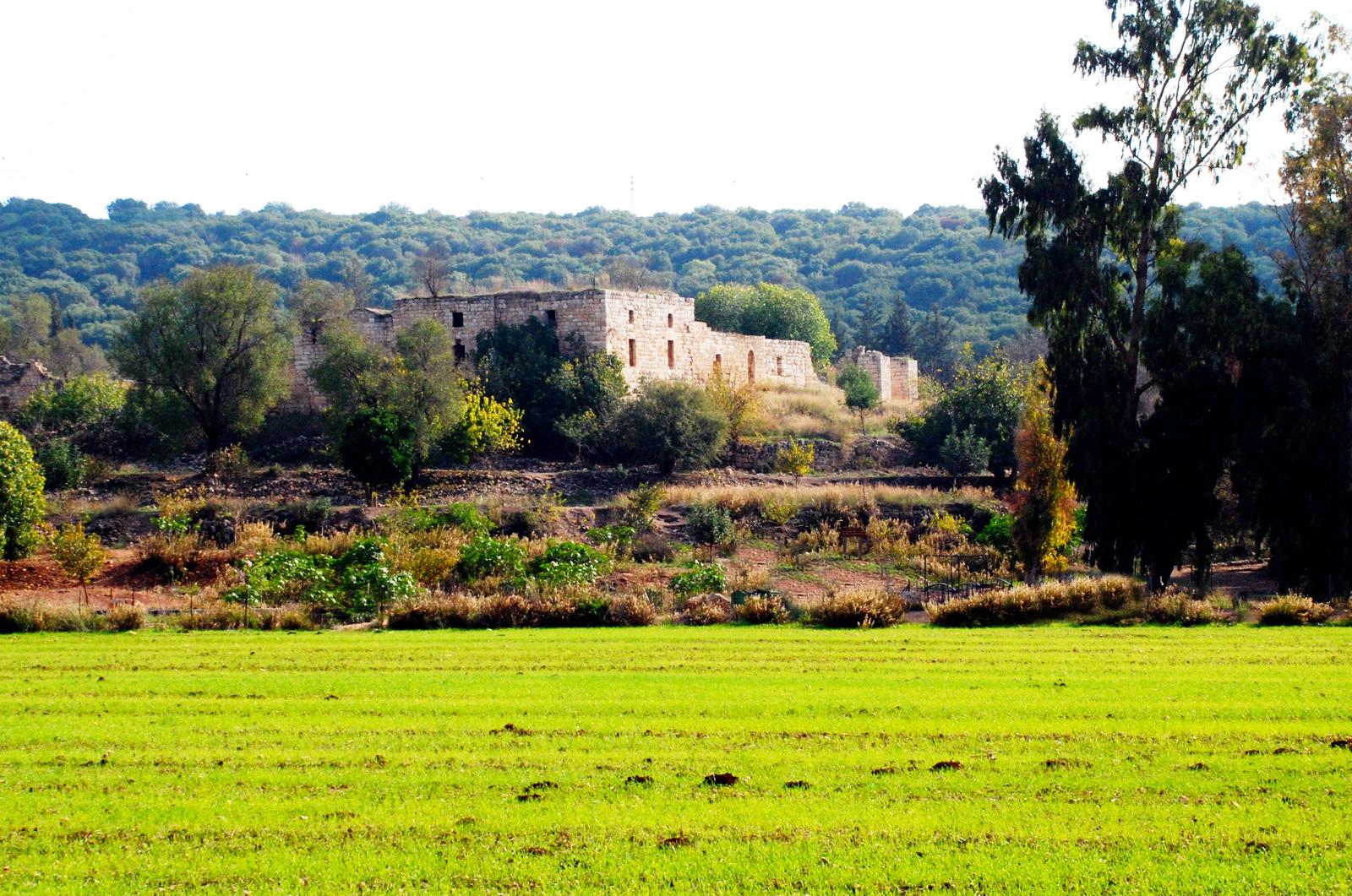 גליל מערבי - חורבת געתון - שרידי אחוזה מהתק' העותמנית  הבנויים על שרידים קדומים ביותר