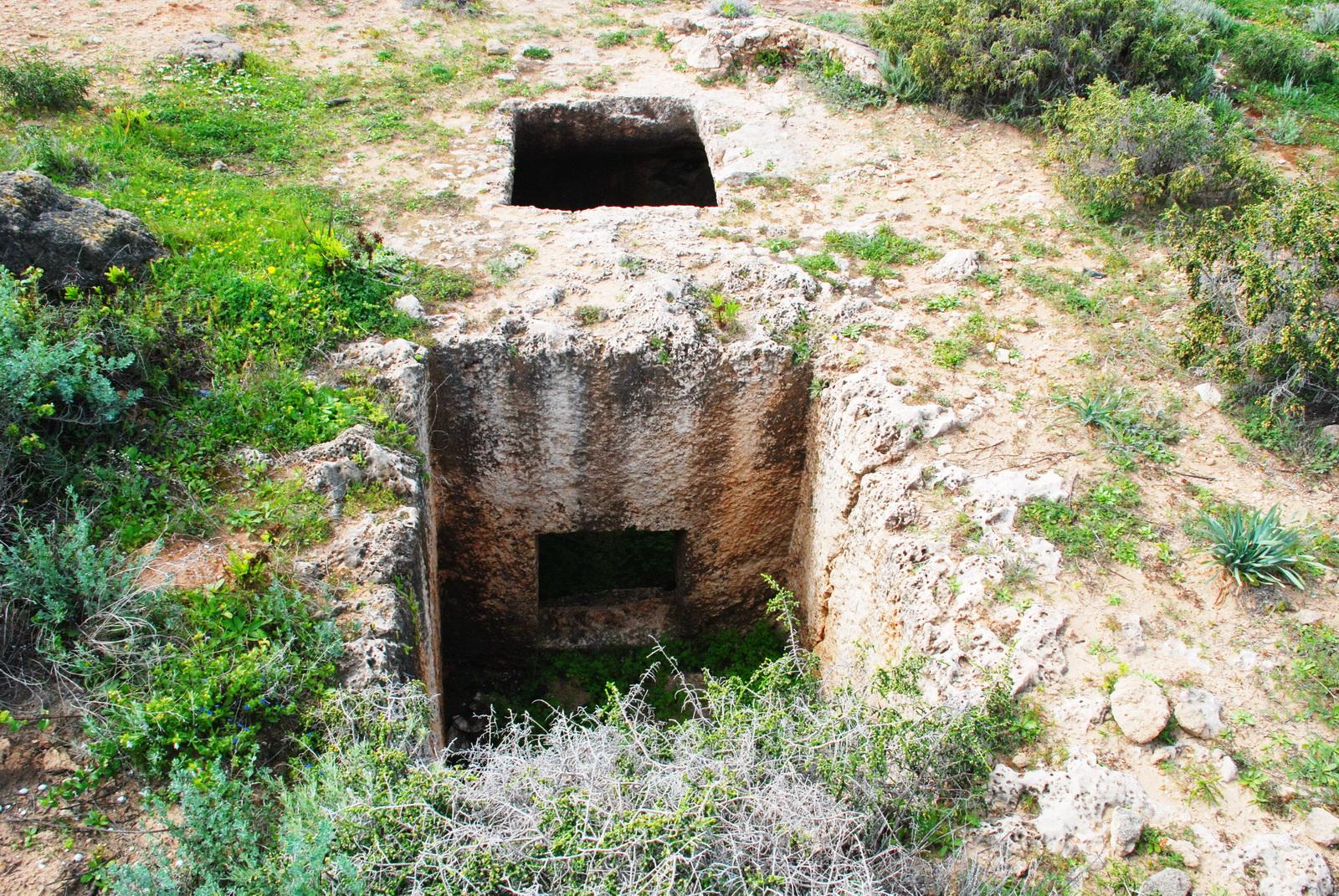 גליל מערבי - חוף אכזיב - קברים פיניקיים מן המאות ה 18 - 19 לפני הספ'