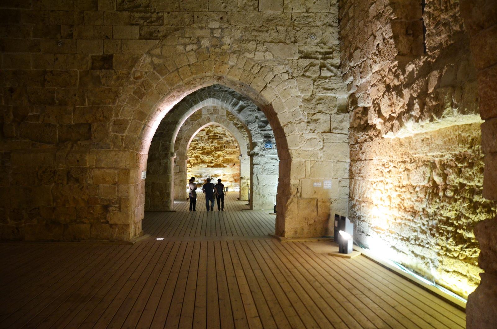 עכו - אולמות האבירים - מבני המסדר ההוספיטלרי, הצלבני, שעליו בנוייה מצודת עכו