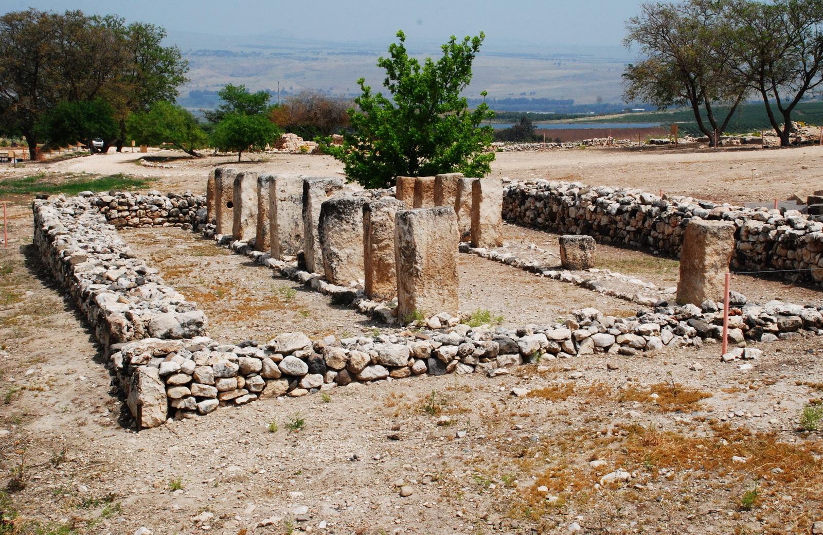גליל עליון - תל חצור - שרידי ועמודי מבנה ציבורי באתר