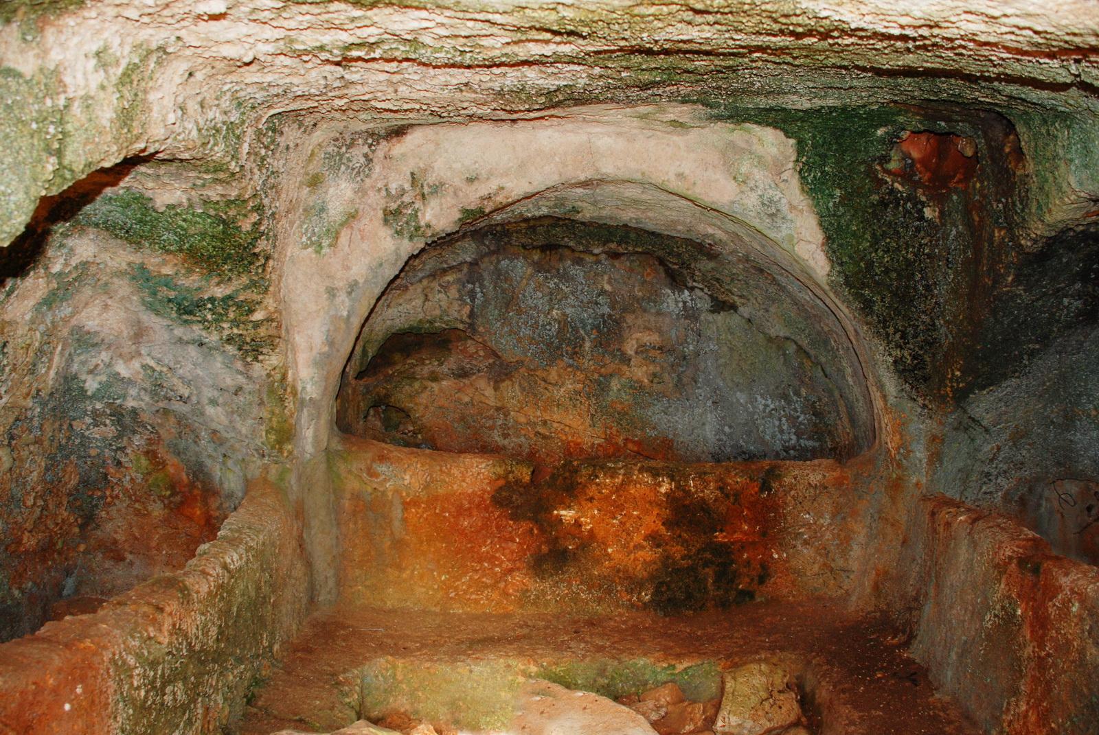מערות אליקים - פנים אחת המערות עם שלוש 'מיטות' קבורה