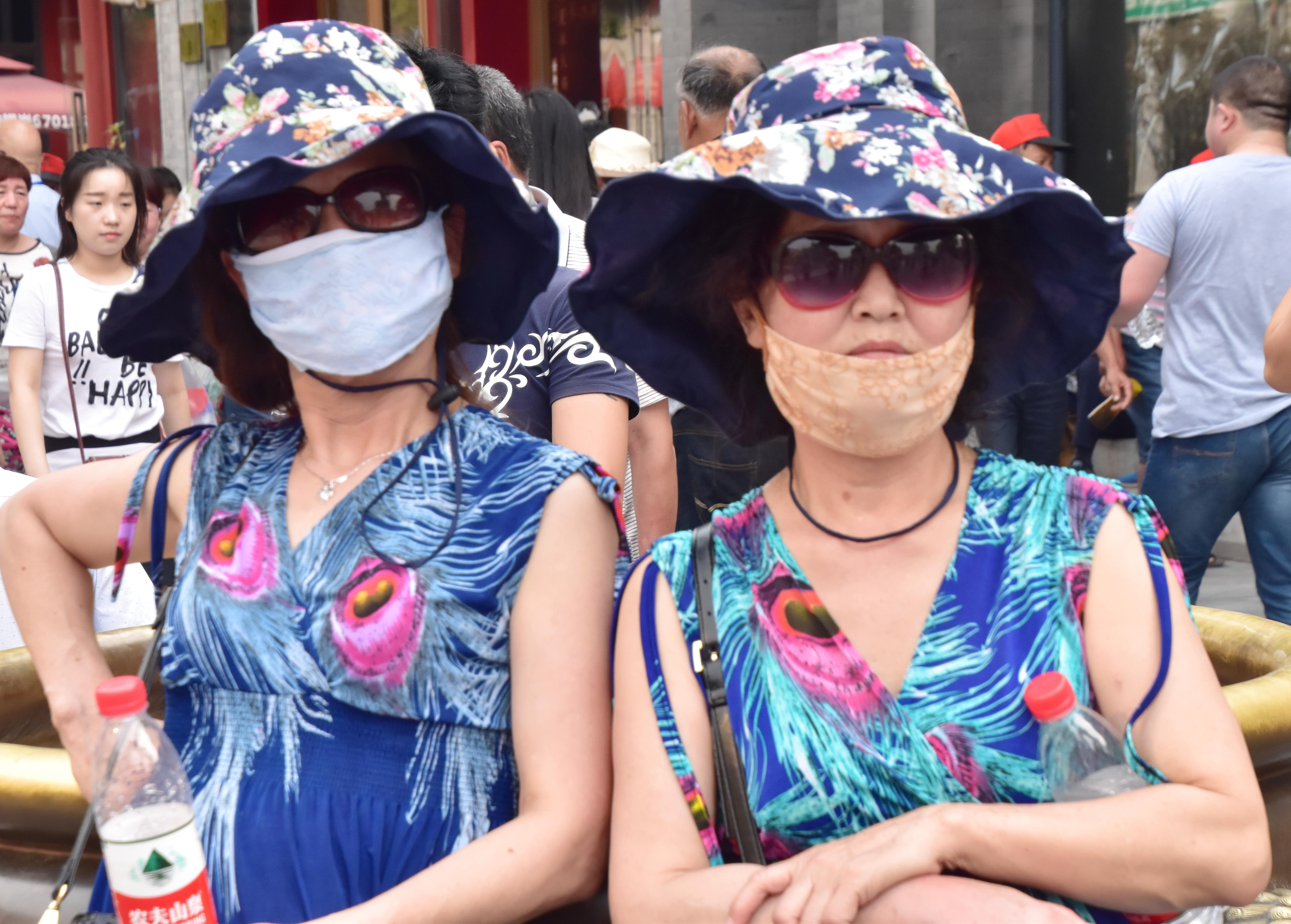 סין - אחיות עם כובעים